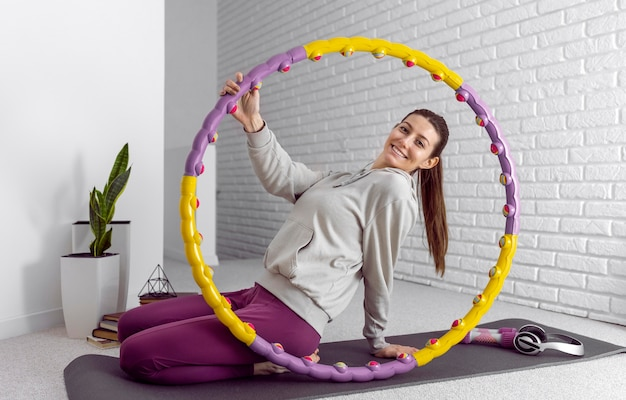 Полный снимок смайлик женщина на коврике для йоги
