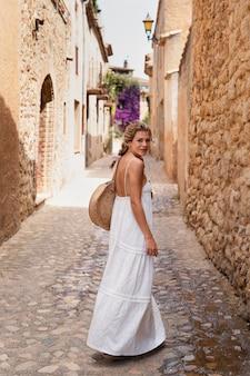 Полный снимок смайлик женщина, путешествующая