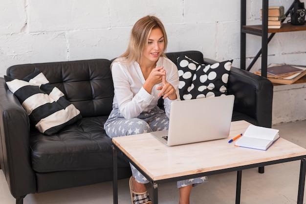 ノートパソコンでフルショットスマイリー女性