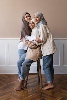 Donne sorridenti a tutto campo che indossano l'hijab