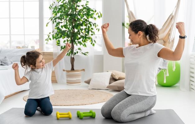 Полный снимок сильной женщины и ребенка