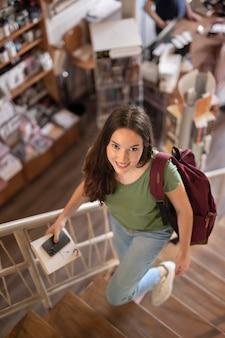 バックパックを運ぶフルショットの学生