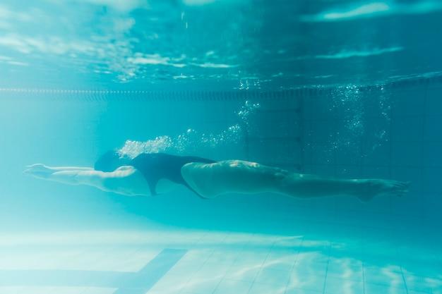 背中に泳いでいるフルショットのスイマー