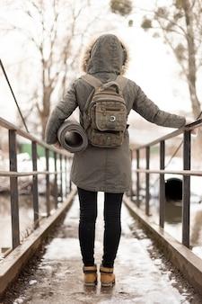 橋の上のフルショットの旅行者