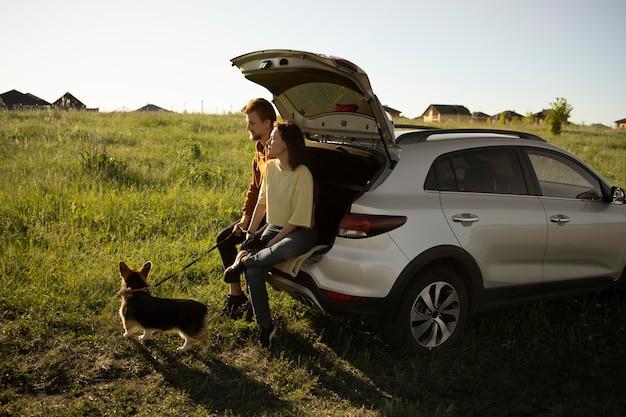外で犬と一緒にフルショットの旅行者
