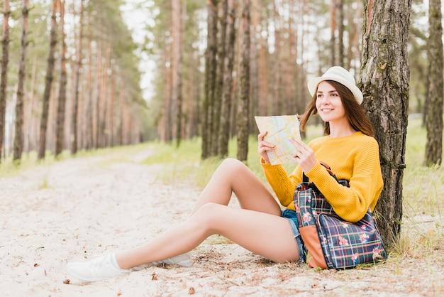 Colpo pieno della donna di viaggio in foresta