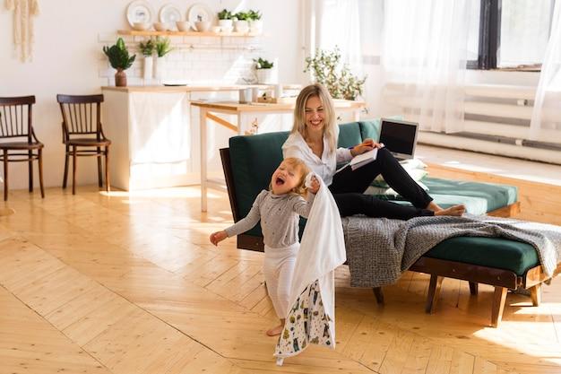 自宅でフルショットの女性と子供