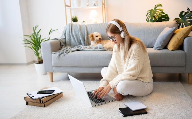 Полный кадр женщина и собака дома