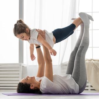 フルショットの女性と女の子のトレーニング