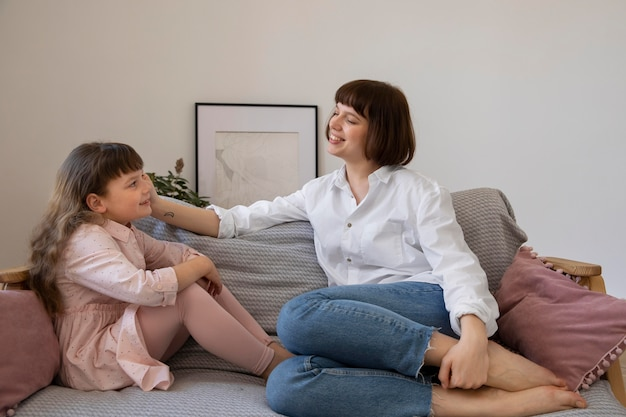 居間でフルショットの女性と子供