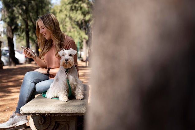 フルショットの女性とベンチで子供