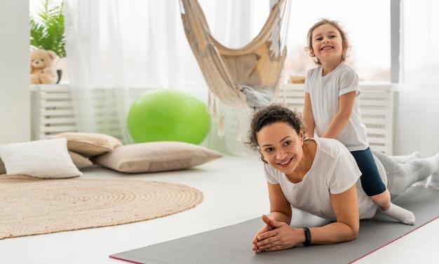 Женщина и ребенок в полный рост на коврике