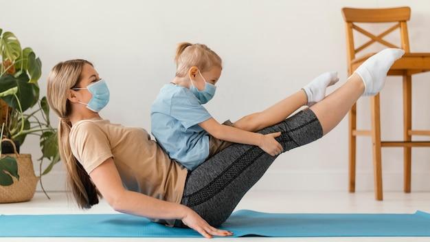フルショットの女性と子供が運動