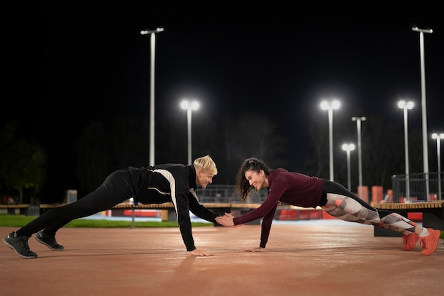 フルショットの女性と男性が一緒にトレーニング