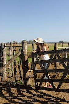 農場でのフルショットの女性