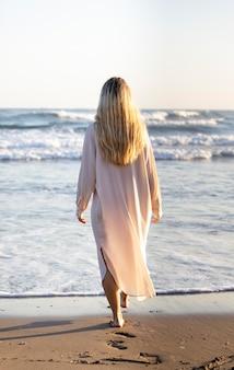 ビーチでフルショットの女性