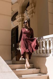 Полный снимок женщина спускается по лестнице
