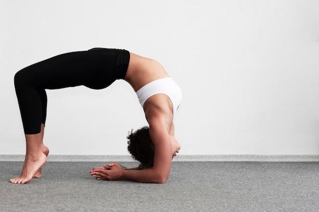 Full shot woman doing a gymnastics exercise