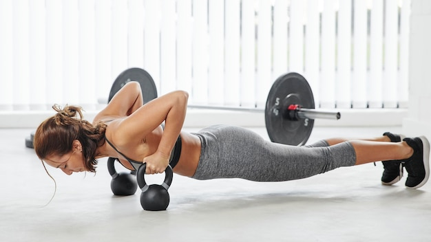 Full shot woman doing push-ups