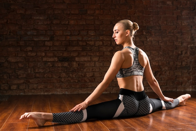 Full shot woman doing the splits