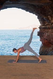 Donna a tutto campo che fa posa yoga