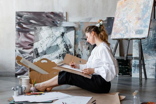 Полный снимок женщины, рисунок на полу