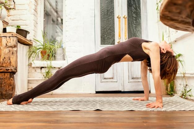 屋内で運動するフルショットの女性