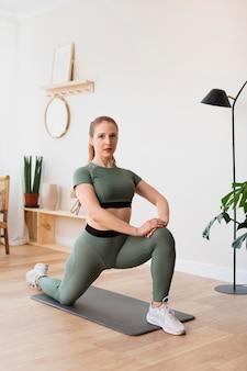 Полная женщина упражнения в помещении