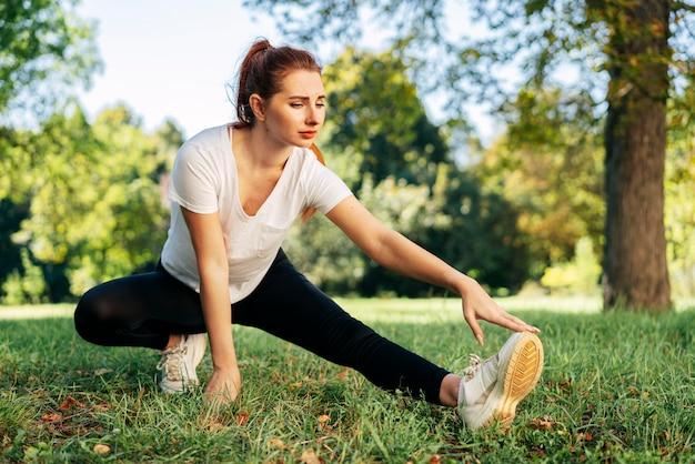 Полная женщина упражнения на открытом воздухе
