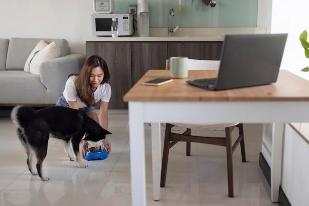 フルショットの女性の給餌犬