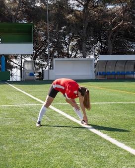 Donna piena del colpo sul campo di calcio