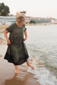 海に行くフルショットの女性