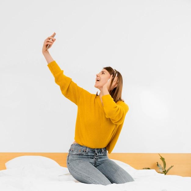 Полный снимок женщина весело в помещении