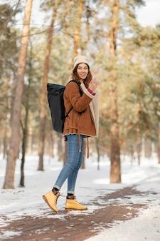 森の中をハイキングするフルショットの女性
