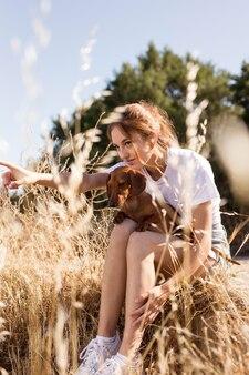 Donna a tutto campo che tiene un cane carino