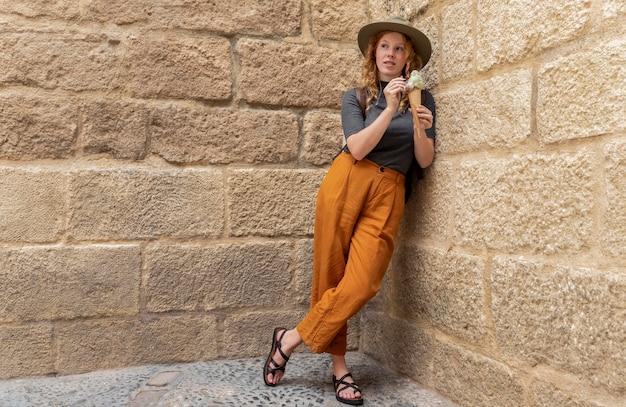 Полный выстрел женщина, держащая рожок мороженого