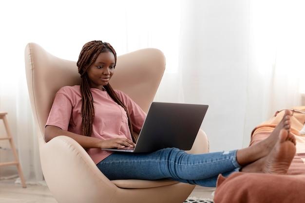 Donna a tutto campo con laptop