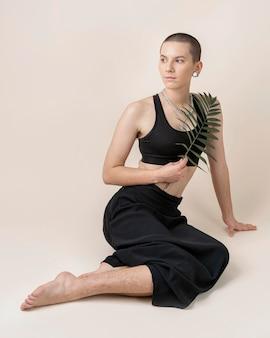 잎을 들고 전체 샷된 여자