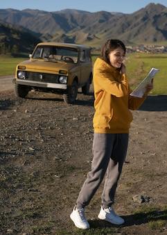 地図を保持しているフルショットの女性