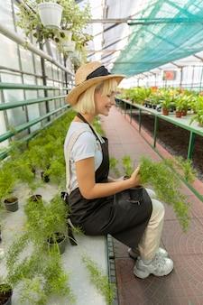 전체 샷 여자 들고 식물