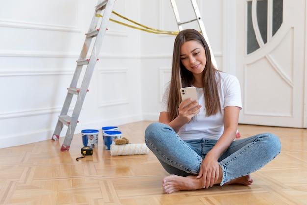 Полный снимок женщина, держащая смартфон