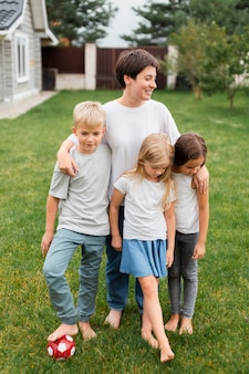 子供を抱き締めるフルショットの女性