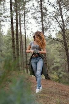 森の中のフルショットの女性