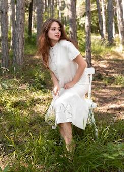 自然の中でフルショットの女性