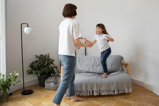 Donna e bambino a tutto campo in soggiorno