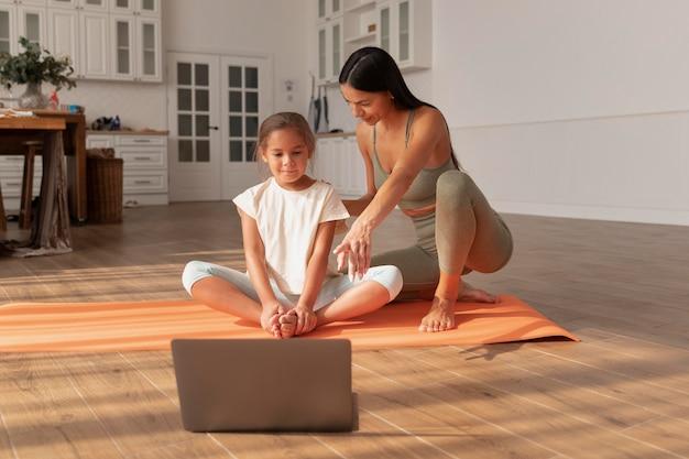 Donna e bambino a tutto campo con laptop