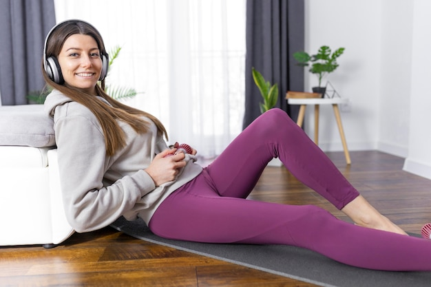Женщина в полный рост, лежа на коврике
