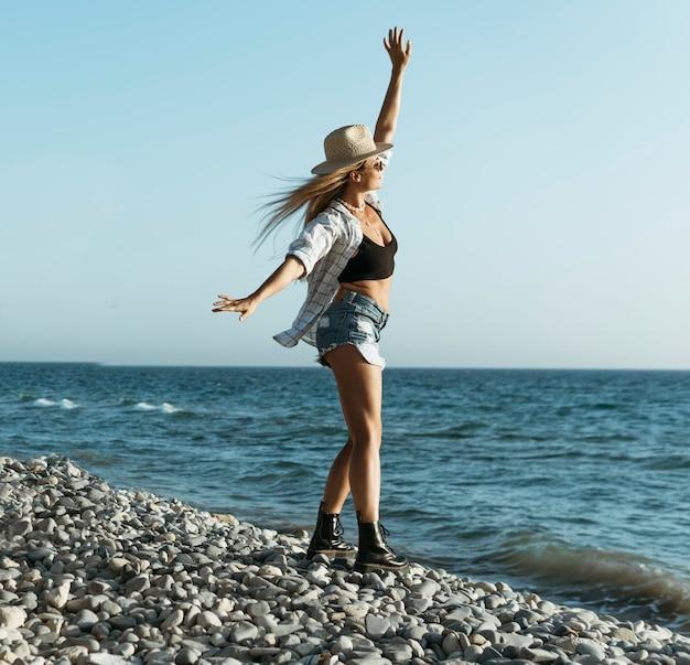 Женщина в полный рост, глядя на море