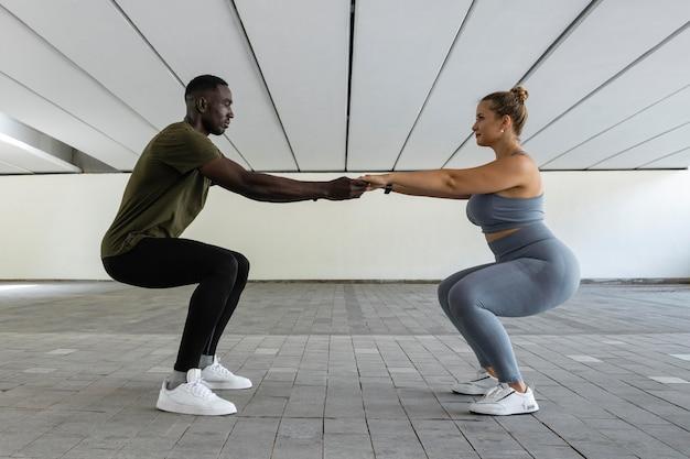 Full shot donna e uomo di formazione