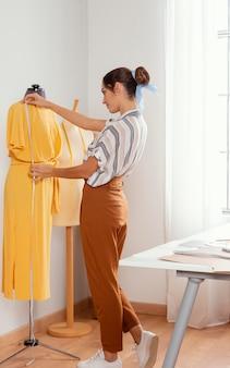 フルショットの女性の測定ドレス